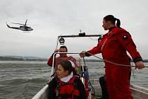 Letečtí záchranáři cvičili na přehradní nádrži Rozkoš.