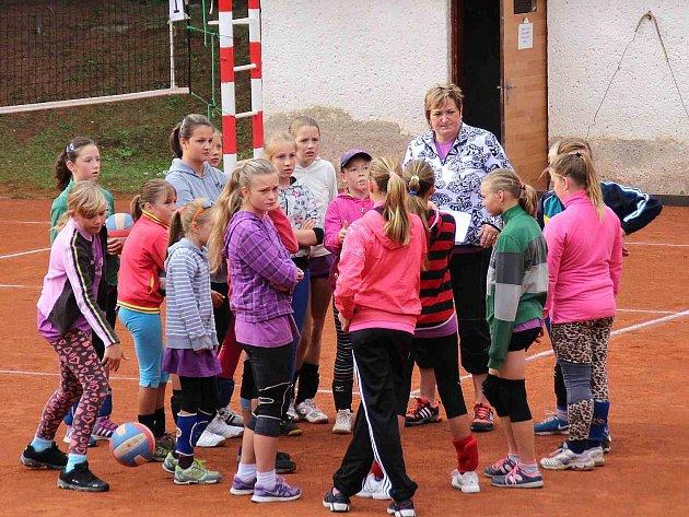 Trenérka mladších žákyň a minižákyň Irena Vaněčková se svými svěřenkyněmi na turnaji O pohár starosty města Náchoda.