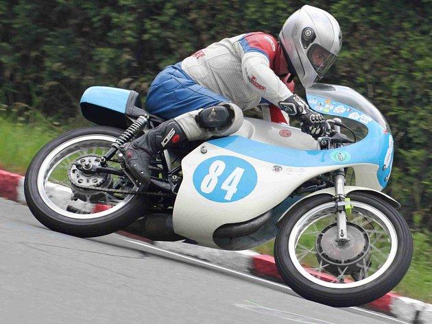 VELKOPETROVICKÝ závodník Miloš Thér bral na Okruhu Františka Bartoše třetí místo ve třídě Class 175 ccm.