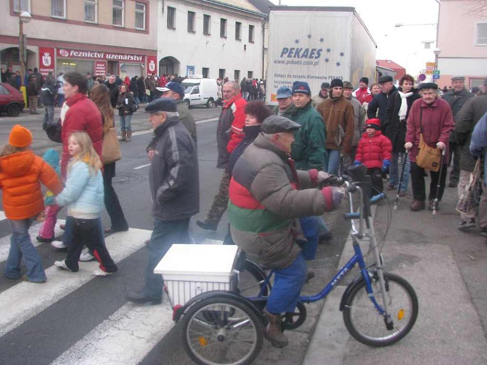 Přesně ve čtyři hodiny odpoledne začaly stovky obyvatel na náměstí přecházet přes přechody pro chodce na zhruba patnáct minut zcela zastavily provoz.