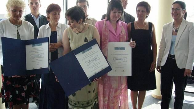 Tři úspěšní žadatelé si ve čtvrtek odnesli 333 tisíc korun.  Vlevo stojí s certifikátem broumovská starostka Libuše Růčková