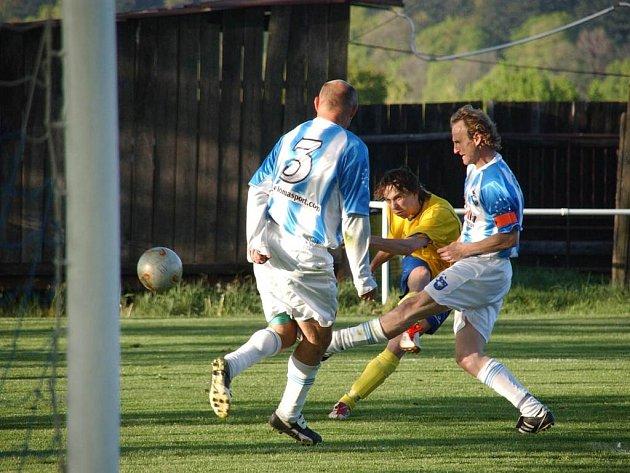 Broumovští Jaroslav Vejprava (č. 3) a Jiří Kuneš (s kapitánskou páskou) asistovali u prvního a třetího gólu Broumova v duelu s Kostelcem nad Orlicí.