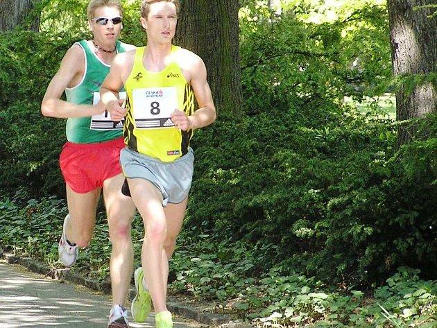 Pavel Brýdl na devátém kilometru za kroměřížským Danielem Feklem.