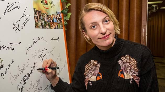Na komedii Dvě nevěsty a jedna svatba bylo Kino 70 zcela vyprodáno. Doprovodit ji přijela jedna z nevěst - herečka Anna Polívková.