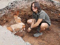 Právě v těchto dnech provádějí archeologové průzkum prostranství za Městským úřadem v Náchodě. Jen v prvních dvou dnech nalezli desítky vzácných předmětů. Na snímku při své práci Jana Ryšávková, terénní technička archeologů.