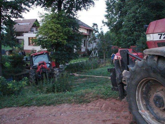Traktor skončil v potoce v Martínkově.