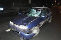 Chodec vstoupil v Jaroměři pod auto. Na následky zranění v nemocnici zemřel.