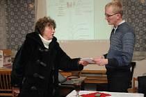 NEÚNAVNÁ BOJOVNICE proti vysílači Marie Jirásková na snímku vlevo, jak předávala písemné podklady zástupci mobilního operátora Janu Černému.
