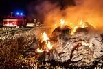K POŽÁRU SENA, uskladněném na poli, vyjížděli v pátek o půl desáté večer profesionální hasiči z Dobrušky společně s dobrovolnými hasiči z Nového Města nad Metují a Bohuslavic.
