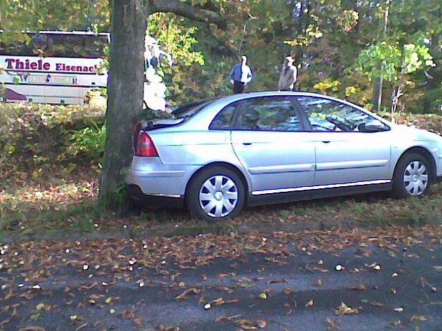 Důsledek nezajištění auta - samovolný rozjezd a náraz do stromu.