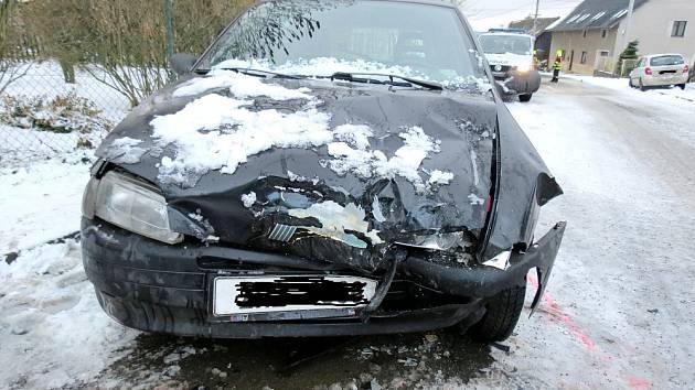 Na silnicích to klouzalo. Motoristé i chodci naštěstí vyvázli bez vážnějších následků.