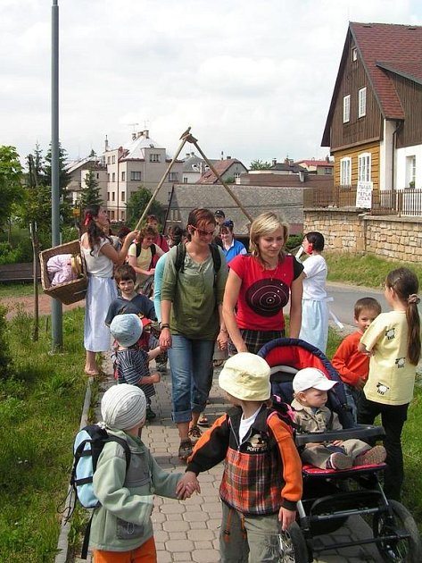 Od každého stanoviště museli rodiče i děti odejít na další cestu Zlatou bránou.