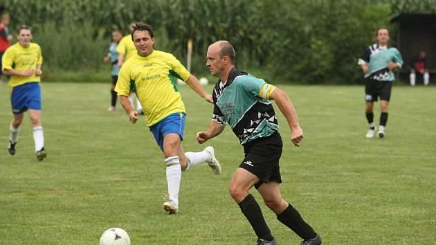 JEDNÍM gólem se na vysokém vítězství Dolan nad Nedělištěm v poměru 6:1 podílel i dolanský kapitán Duben (u míče).