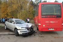 Při nehodě autobusu a auta se zranili dva lidé.