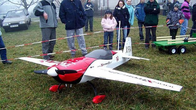 Motorový akrobatický model o rozpětí křídel 3 metry převáděll na zamlženém nebi pilot a majitel  Marián Trpkoš z Dobrušky.