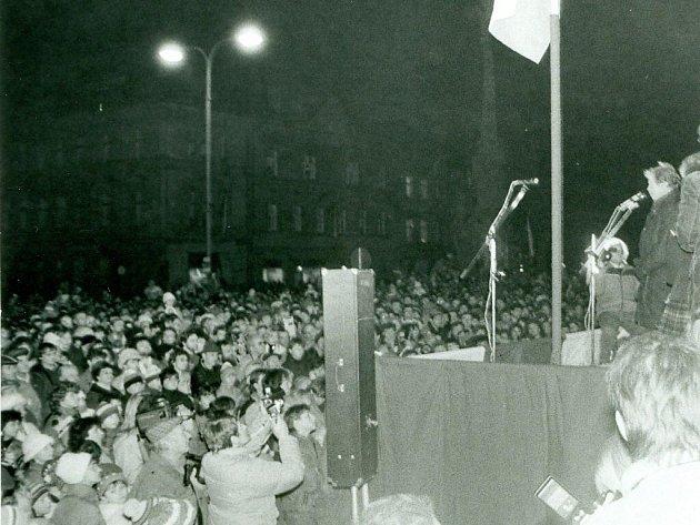 Necelý měsíc byl Václav Havel ve funkci prezidenta, když zavítal do Jaroměře. Zde ho na náměstí přivítalo více než deset tisíc nadšených lidí.