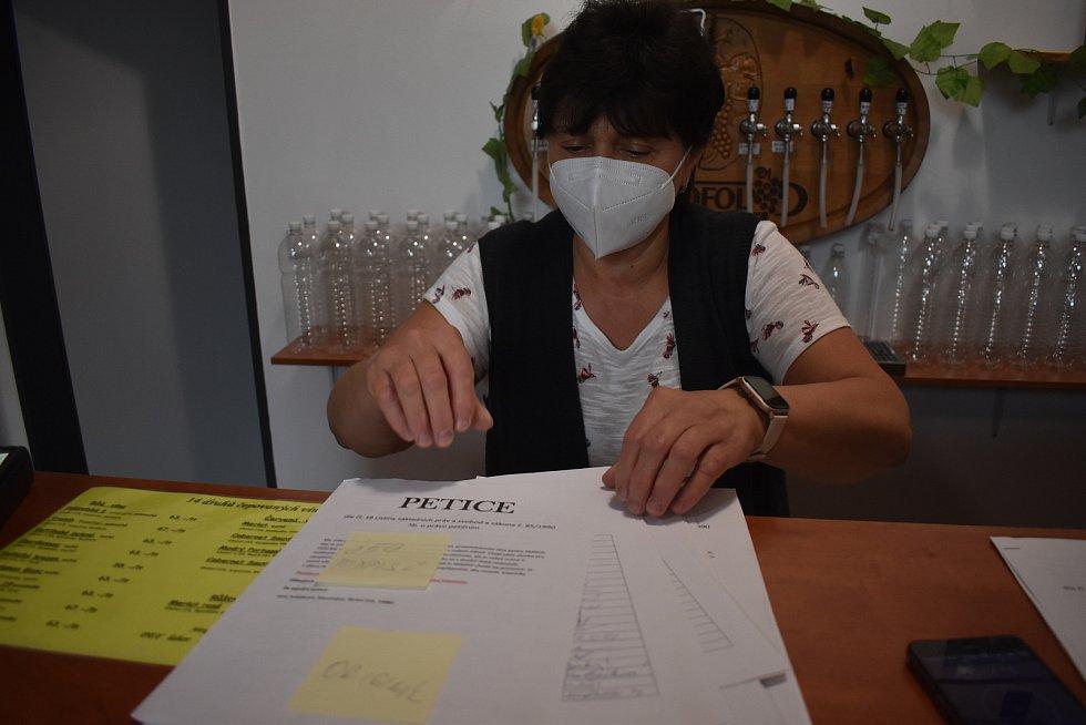 Pod petici za obnovení stomatologické péče se v Meziměstí podepsalo kolem sedmi stovek občanů. Další stovky v ostatních obcích Broumovska, které rovněž trápí nedostatek zubařů.