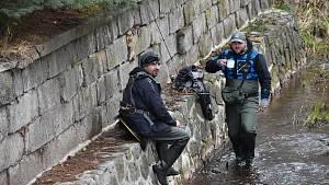 Pstruhové revíry se otevřely rybářům, na Stěnavu vyrazili v šest ráno
