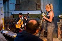 Neobvyklé spojení kytary a saxofonu nabídlo publiku v kostele sv. Markéty originální zvukový experiment.