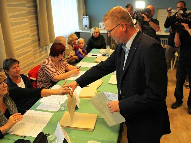 V Náchodě krátce po třetí hodině odvolil v místě svého bydliště šéf lidovců a místopředseda vlády Pavel Bělobrádek.