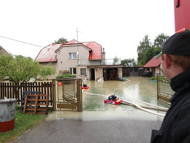Po nočním vydatném dešti o sobě dala voda opět vědět. Tentokrát v obci Jasenná u Jaroměře.