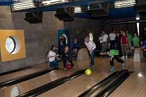 V bowlingu soutěžili klienti stacionáře Cesta z Náchoda, NONA z Nového Města nad Metují a také děti z hronovského turistického oddílu Lotři.