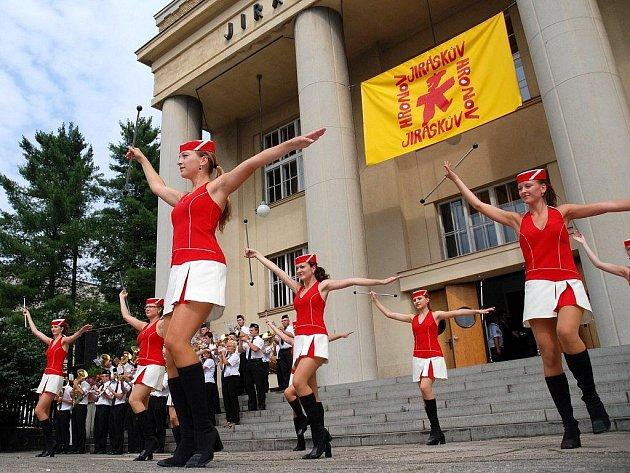 Slavnostní zahájení Jiráskova Hronova proběhne v pátek 1. srpna v 15.30  na schodech Jiráskova divadla a přilehlém náměstí (snímek je ze zahájení loňského ročníku).