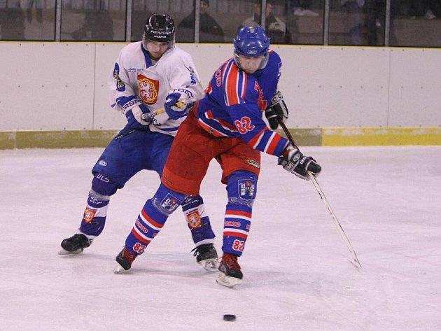 Sérii o třetí místo v Krajské lize mají lépe rozehranou hokejisté Náchoda (v modrém), kteří v neděli uspěli v Jaroměři.