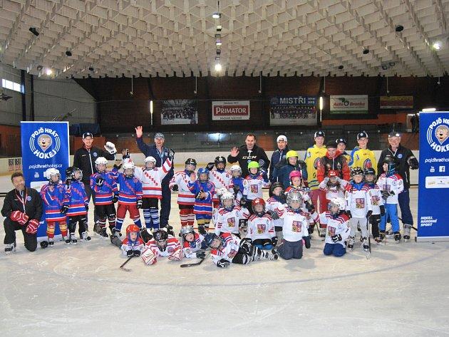 NÁBOROVÁ akce přilákala na zimní stadion do Náchoda na padesát dětí.