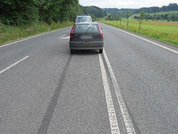 Předjíždějící řidič osobního auta srazil včera 13.července dva cyklisty cyklisty odbočující vlevo.