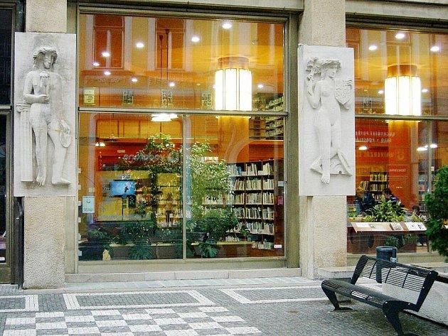 ZRESTAUROVANÉ PLASTIKY na budově Městské knihovny v Náchodě jsou nyní chloubou města.