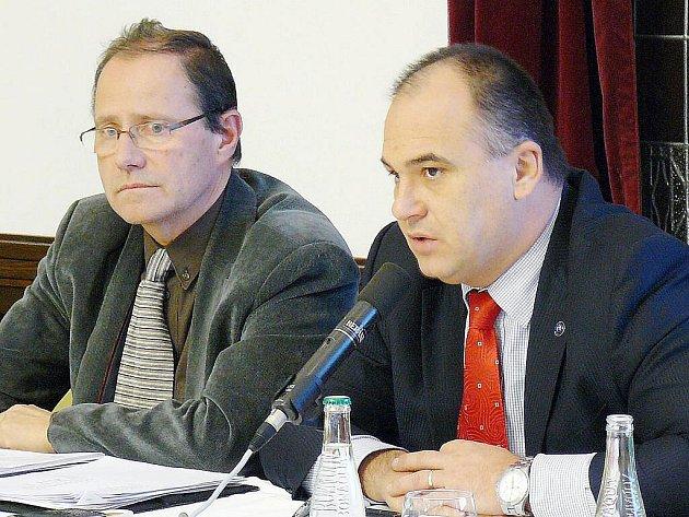 """""""Tlak loby snažící se udržet automaty ve městě byl silný,"""" přiznává starosta Náchoda Jan Birke (vpravo)."""