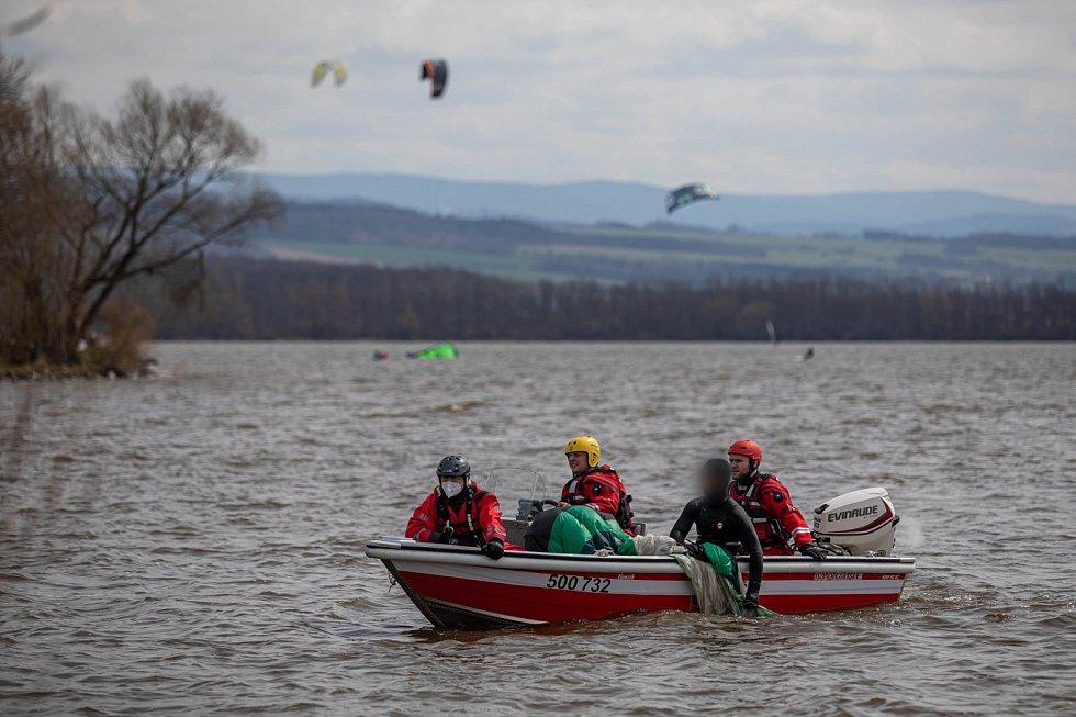 Vzhledem k teplotě vody byli kiteři na Rozkoši brzy vysíleni a potřebovali pomoci zpět na břeh.
