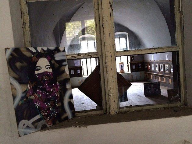 Bývalá vojenská nemocnice v Josefově se o víkendu mimořádně otevřela veřejnosti díky festivalu Špitál Art.