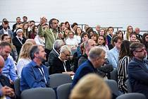 Šestý ročník dvoudenní diskusní konference začal ve středu dopoledne v sále Dřevník Vzdělávacího a kulturního centra Klášter Broumov.