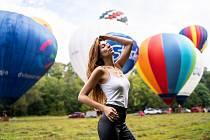 Mnozí z nás měli možnost vidět tyto giganty v celé své kráse poprvé v životě. Majitelé mně i modelce Petře svolili nahlédnout dovnitř, dotknout se materiálu i pomoci s natahováním při nafukování balónu.