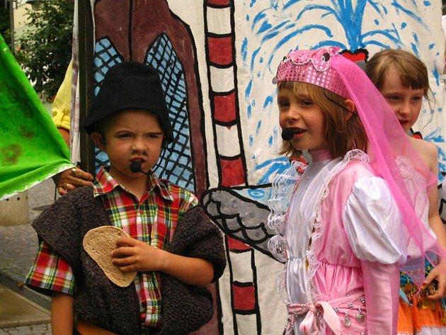 Zejména děti z mateřských škol, ale nejen ony, si užily Den hudby, který se konal v Náchodě na Karlově náměstí. K obdivování bylo plno písniček, pohádek či divadelních představení, která si děti nacvičily.