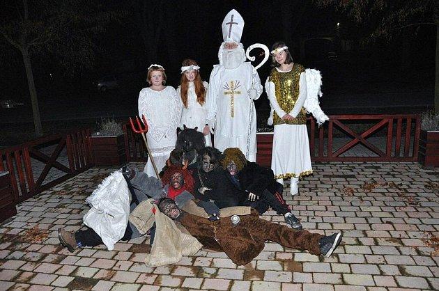 Mikuláš s družinou na vlkovské návsi.
