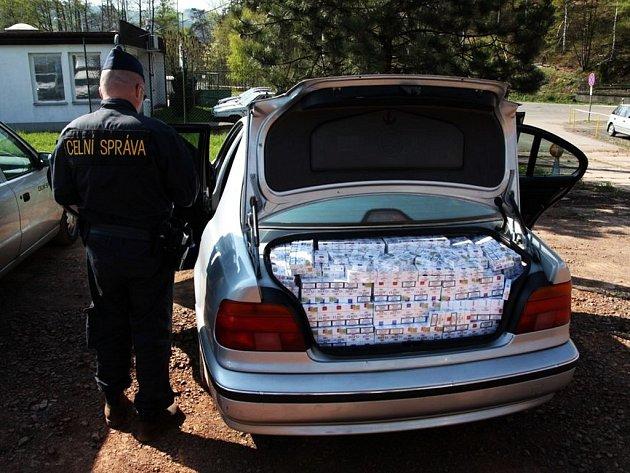Kufr u BMW byl plný neproclených cigaret.