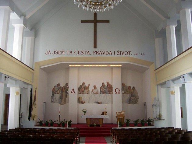 """Husův sbor CČSH v Náchodě byl otevřen v roce 1929. Na snímku interiér Husova sboru - pohled do kněžiště s freskou Karla Skály """"Poslední večeře Páně"""" z roku 1953."""