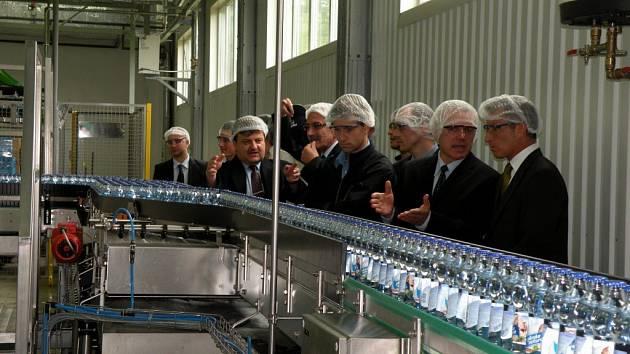 Nově otevřená stáčecí linka na skleněné lahve vod značky Toma Natura.