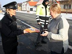 Policisté při kontrolách rozdávali vesty