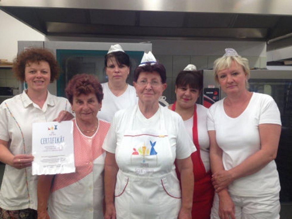 """Na konci června obdržela školní jídelna Základní školy Náchod Plhov ocenění """"Zdravá školní jídelna""""."""