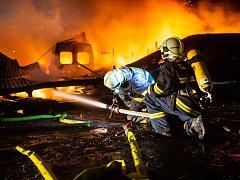 Požár skladovací haly v Josefově.