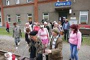 9. ročník společenské akce Běh z Police do Police. Startovalo se v dobových kostýmech a s úsměvem.
