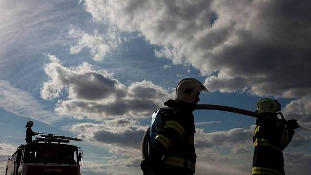 Požár pole. Ilustrační snímek.