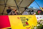 Druhý den festivalového veselí v Novém Městě nad Metují je za námi. Promítané filmy Ženská na vrcholu a Chlap na střídačku  doplnily besedy  s režiséry a herci, v  doprovodném programu diváci slyšeli hity Dalibora Jandy v podání Richarda Kmocha a kapely G