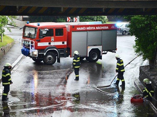 Náchodští hasiči čerpali vodu pod viaduktem nedaleko nádraží vNáchodě.