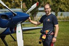 Pilot Stanislav Čejka je před startem v klidu.