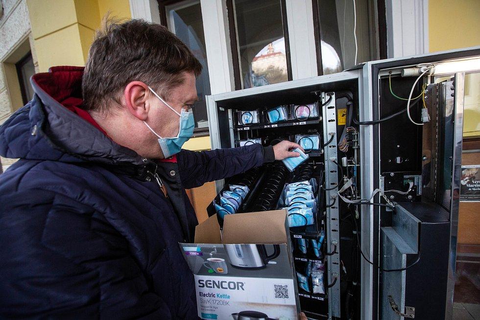 Automat na roušky u městského úřadu v Náchodě. Takzvaný rouškomat je v permanenci.